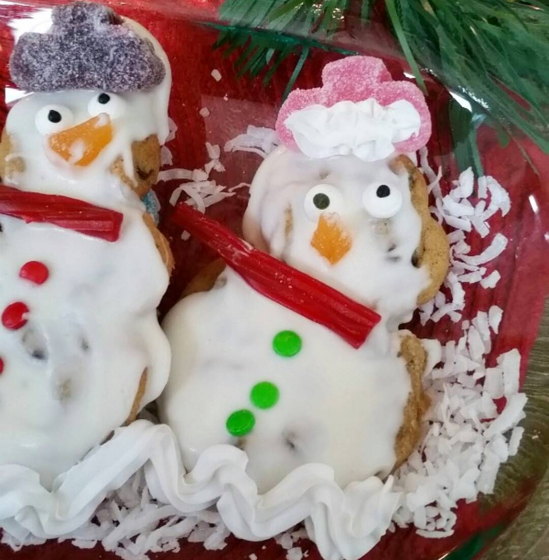 Nestletollhouse chocolate chip snowpeople! Way better than hard gingerbread whenhellip